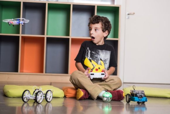 Nas férias, curso gratuito ensina crianças a pilotarem e construírem uma arena de Drones