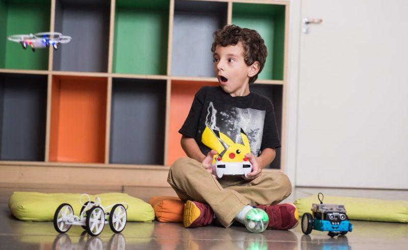 Curso gratuito ensina crianças a pilotarem e construírem arena de Drones